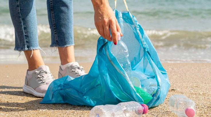 пластик на пляже